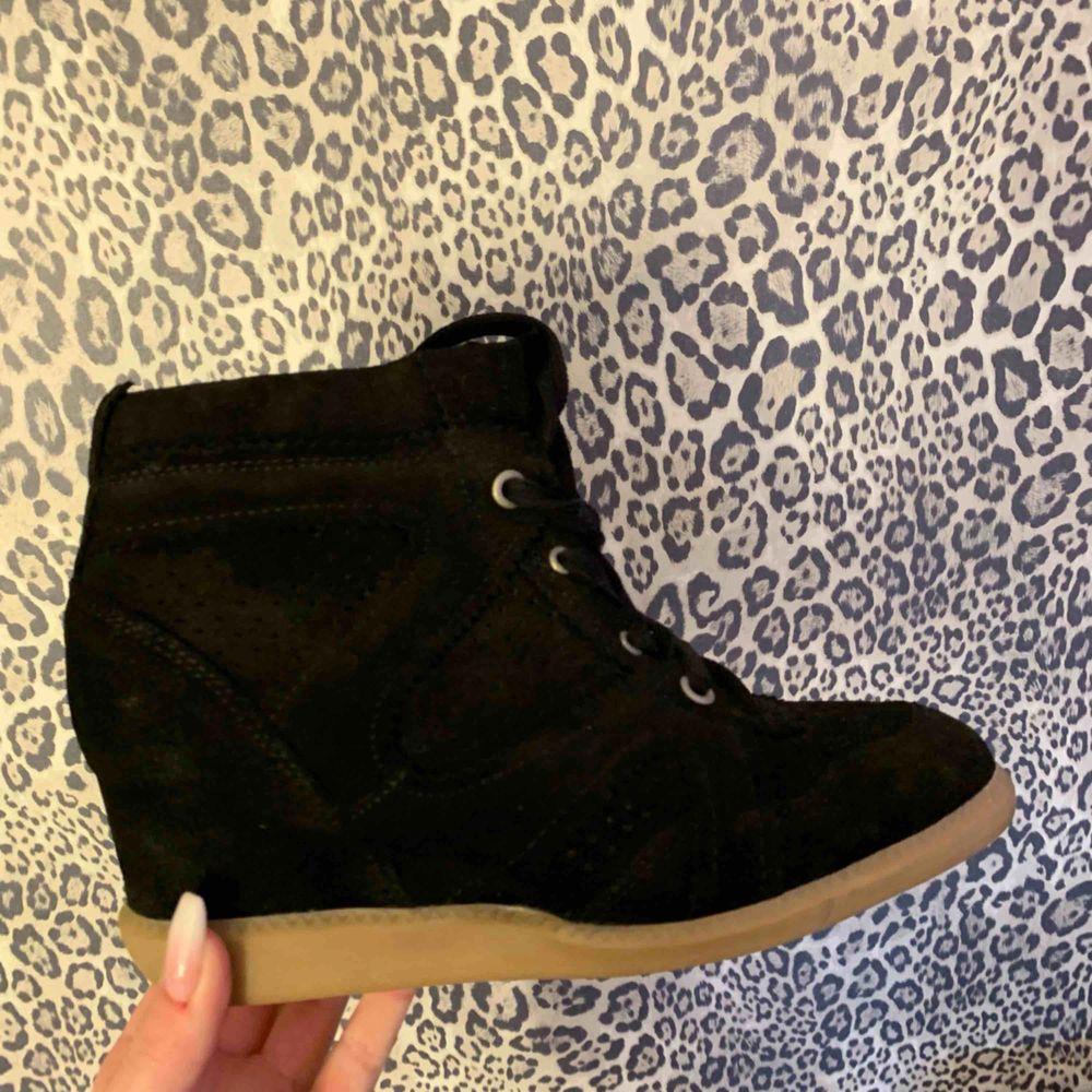 Säljer svarta skor från Pavement, ser ut som Isabel Marant. Använda endast 1 gång så ser ut som nya. Köpta på Jackie i Stockholm för 1199kr. Säljer för 300 + frakt! Hör av dig om du vill ha mer bilder. . Skor.