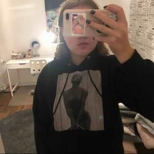 Jag säljer en sparsamt använd the cool elephant hoodie i strlk M skulle dock säga att den är ganska liten i storleken. Jättecool hoodie som verkligen står ut i mängden. Vid snabb affär kan priset diskuteras