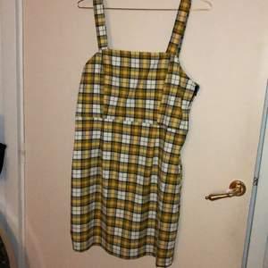 Gul rutig klänning knappt använda har dragkedja på sidan