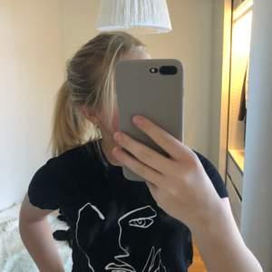 En svart t-shirt med tryck på magen! Från Visual Clothing Project för ca 1 år sen! Köptes för 400kr men säljer nu för 120kr! I storlek S men passar även M🤍🤍! Kan mötas i Göteborg, om inte så står köparen för frakten