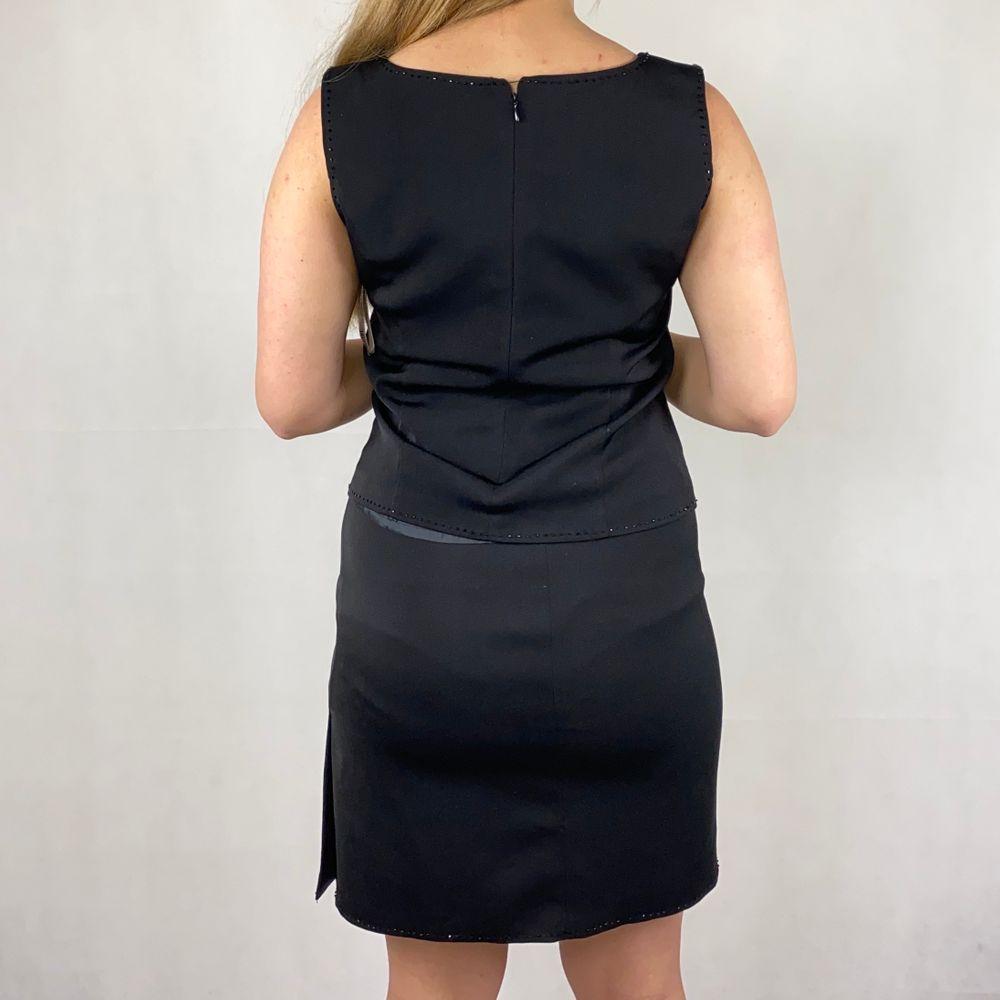 En kjol och en topp som bildar ett det. Storlek 36. I toppenskick, från märker Office Girl. Väldigt 90-tal. I tjock,bra kvalitet. SafePay knappen är aktiverad så det går att köpa direkt utan att behöva meddela! Tar annars swish! Använder helst Safepay då det blir säkrare för båda (Safepay tar 10% av betalningen och spårbar frakt på 66kr är inräknad i priset) Om du lägger upp en Instagrambild på ditt köp så får du gärna tagga @thewearbones för att bli featured 🧚🏼🥂 (Skriv gärna om du har eventuella frågor!) . Kjolar.