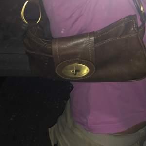 Jättesöt brun baugetteväska med gulddetaljer, som jag inte får användning för. Materialet är fakeläder och jag har använt den kanske 2 gånger 🤎