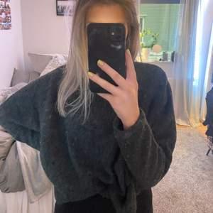 En grå stickad jätteskön tröja, den sticks inte, frakt tillkommer!