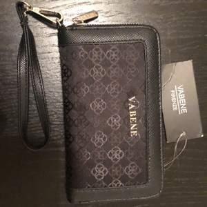 Helt ny plånbok som har lapp kvar! Bra förvaring och är i vanlig storlek! Kan gå ner i pris lite om den hämtas snarast