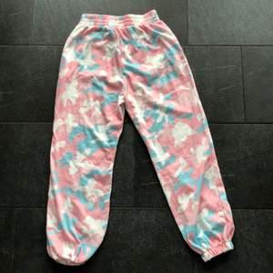 Skit snygga camouflage byxor i rosa, blå och vit, dem passar både en S och en XS. Dem är sköna och snygga på.
