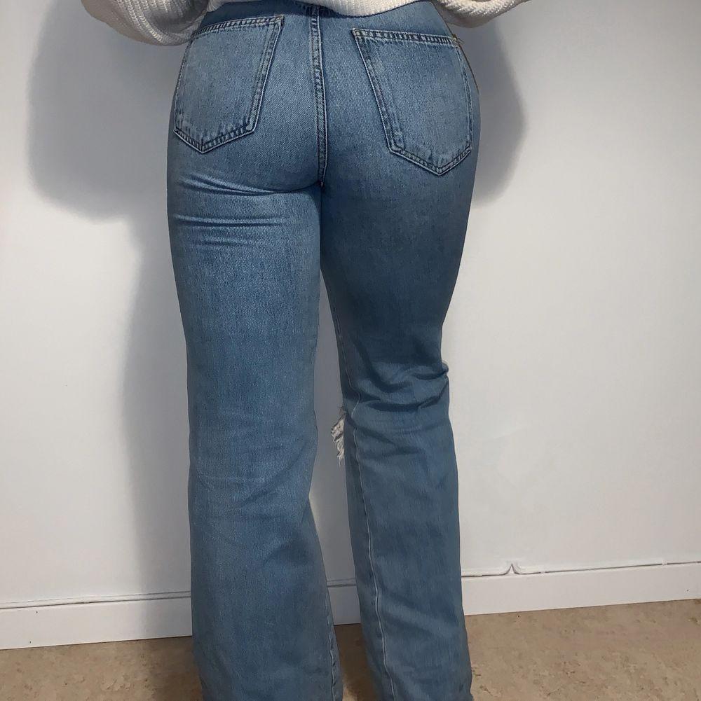 Säljer dessa trendiga jeans. Använda fåtal gånger💙Frakt tillkommer. Jeans & Byxor.