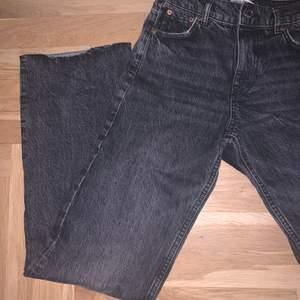 Säljer ett par sjukt snygga par jeans ifrån zara! Endast testade så såklart nyskick! I storlek 34 och jättesnyggt och modernt långa på mig som är 165! Blir dina för 150kr+frakt!