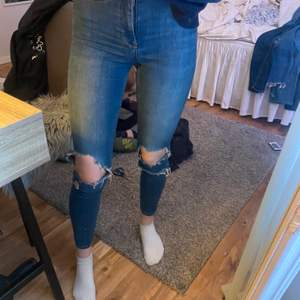 Ett par stretchiga jeans från ginatricot med hål på knäna, frakt tillkommer!