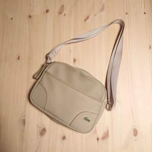 Lagom rymlig väska med fler fack. Bra kvalité och i bra skick.