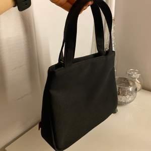 svart minibag knappt använd💞💞💞