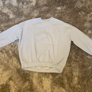 En söt oversized sweatshirt med lite slitningar på kragen (ska vara där). Endast använd fåtal gånger. Köparen står för frakt.
