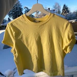 Gul T-shirt köpt i polen på stradivarius, knappt använd men fint basplagg, speciellt till sommaren✨💖