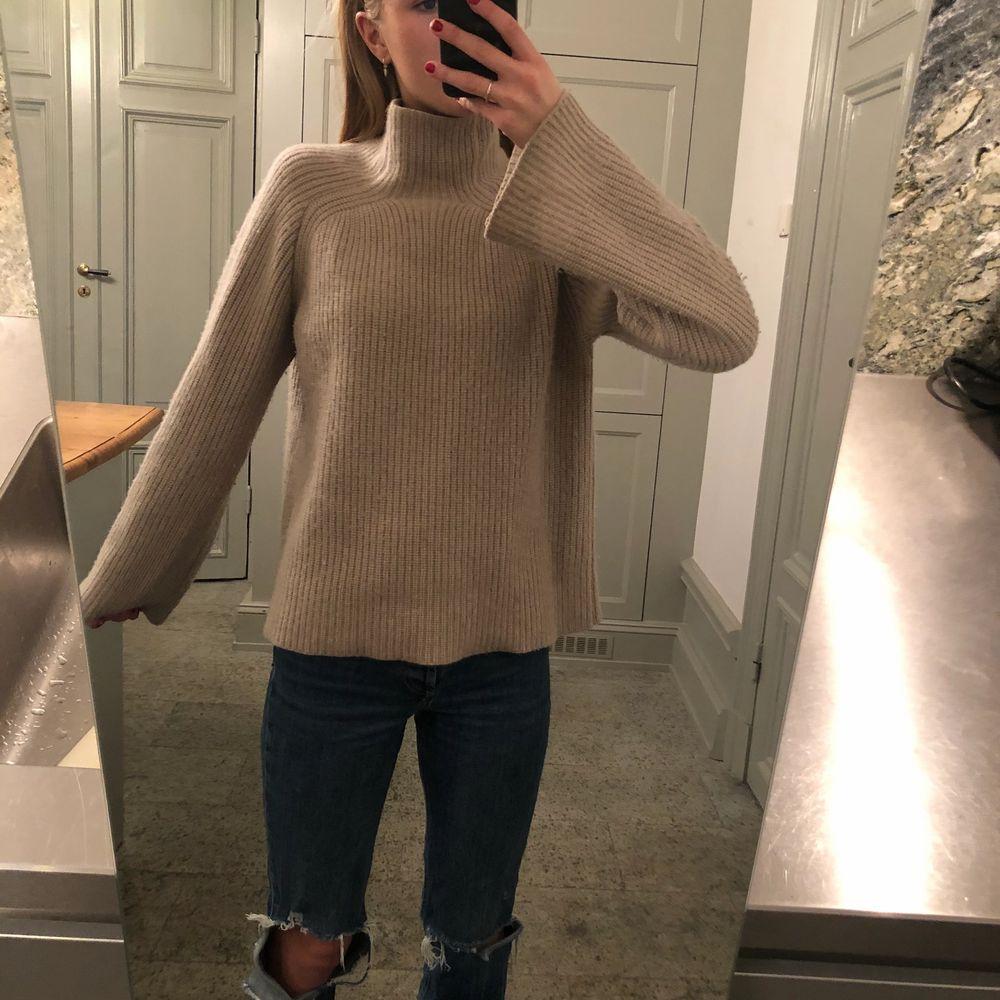 Min fina 100% cashmere tröja är till salu! Otroligt mjuk och mysig och i bra kvalite! Den är i otroligt bra skick och från märket softgoat. Storlek S. Priset kan diskuteras!. Stickat.