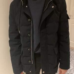 Säljer den här vackra marinblåa jackan från märket Grand Frank. Passar till de allra flesta outfits. Mycket sällan använd(max 3ggr) o därmed i ett mycket bra skick. Ordinarie pris: 1800kr. Säljer för 800kr + 63kr (frakt)