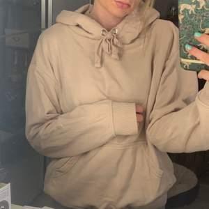En vanlig basic hoodie i en ljusrosa/beige färg 🌸 kvalitén är jättebra, använd ca 5 ggr!