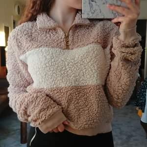 Jättemysig och varm tröja i storlek S från boohoo. Säljer då den inte längre används, fortfarande i bra skick. Köp för 90 kr, köpare står för frakt. 💖