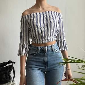 Supersöt blus från H&M perfekt inför sommaren😍 säljer då den är för liten och inte sitter lika bra längre