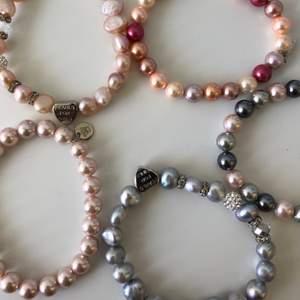 """Jättefina armband som tyvär inte kommer till användning längre. Alla är från """"pearls for girls"""" och dom 3 som inte har den hjärtformade symbolen säljs för 40 kr/ styck och de med hjärtformen säljs för 60kr/ styck. Frakt: en för sig 11 kr, alla 22"""