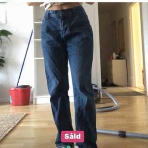 (Inte sålda)Jätte fina jeans! Bra skick!Bilder från förra ägaren, har sytt in de själv så passa S-M och 34-38 pg av hur man vill att de ska sitta💘Köparen står för frakten🥰om du har frågor skriv privat