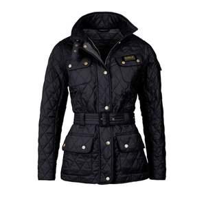 Säljer min svarta barbour vår jacka i svart eftersom jag inte får någon användning för den. Använt 1 månad denna våren så den är väldigt fräsch och i bra skick.