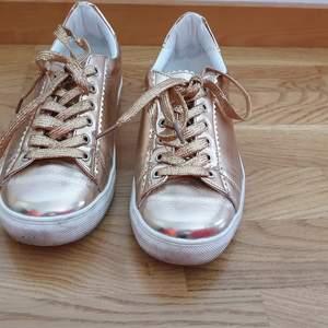 Sneakers i rosegold metallic. AnvändAnvända några gånger så undersidan är lite smutsig men i övrigt i mycket gott skick.