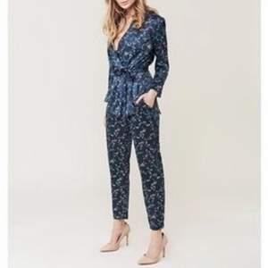 Kimono Blazer i lätt material med axelvaddar och en härlig silhuette med byxan Kimono Walk. 1600kr nypris storlek S