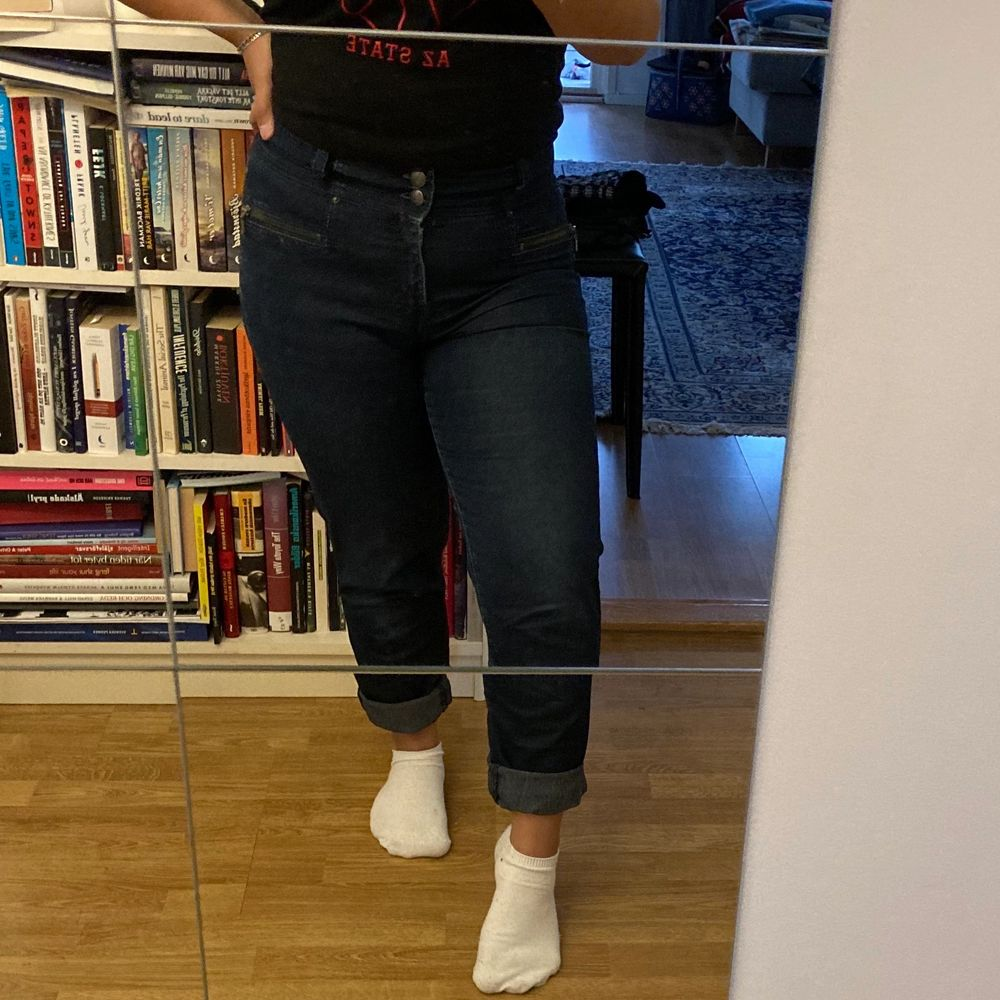Mörka, snyggt slitna jeans 🔥 ganska fint skick, men som sagt lite snyggt slitna i färgen på vissa ställen (se bild 3) ⭐️ Sitter åt i midjan men lösare i benen! ✨ Jag e 154 cm så byxorna är uppvikta på bilderna 😅 Köparen står för frakt, PM:a vid frågor!. Jeans & Byxor.