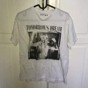 """Trendig rockig tischa med texten """"tomorrow's dream"""". XS från Carlings men ganska stor i storleken! Ord. pris 199kr."""