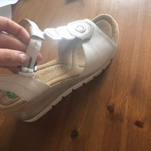 Vita sandaler, soft Walk, endast provade storlek 39