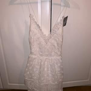 Vit klänning med spets detaljer köpt ifrån Nelly men ifrån märket dry lake. Aldrig andvänd. Köpt för 400kr