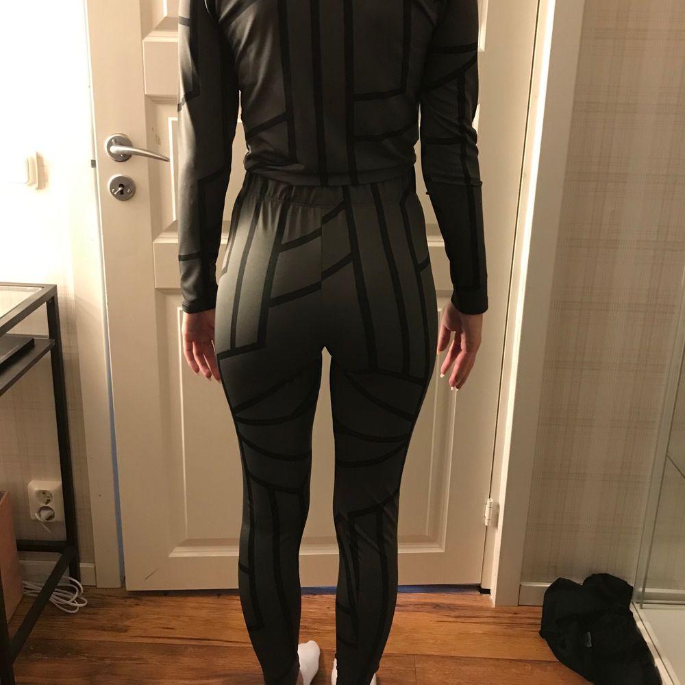 Snyggt set som jag köpte men som var för litet. Har glömt lämna tillbaka det och det är aldrig använt😄 Köpare står för frakt💗 (kan även mötas upp). Kostymer.