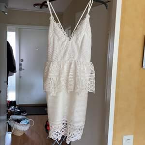 Ord kan inte beskriva hur mycket jag älskar denna klänning. Använd 1 gång. NYSKICK! Tyvärr för liten. Finaste detaljerna. 💕