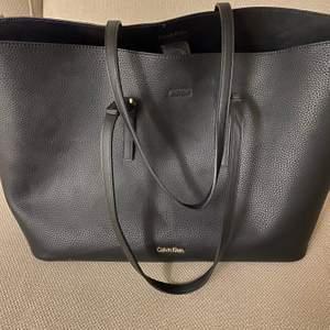 Säljer mina fina, stora och rymliga Calvin Klein väska. Passar perfekt till skolan, jobbet eller bara till vardags! Frakten tillkommer 🙌🤍