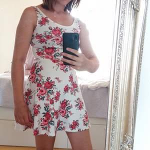 Jätte gullig vit blommig klänning i storlek 34 men känns som en S, god kvalitet, bra skick