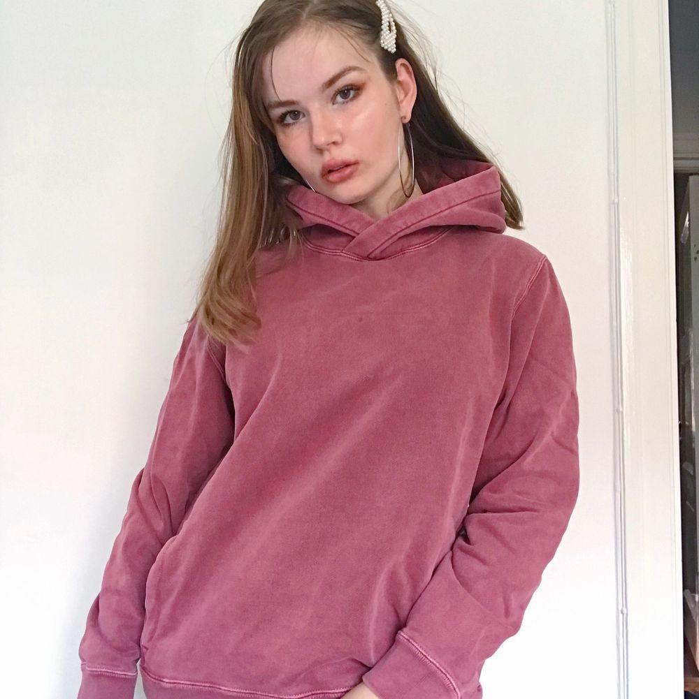Abercrombie and Fitch hoodie från USA i fin muted brick röd färg. Super tjock men skön på insidan så perfekt för lite kallare väder. Aldrig använd endast provad. Storlek L men liten i strlkn. Nypris är uppemot 800kr och aldrig använd därav priset.. Tröjor & Koftor.
