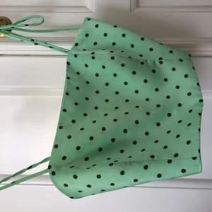 Zara topp en grön prickig jätte snygg nu till sommaren! Str XS passar även s