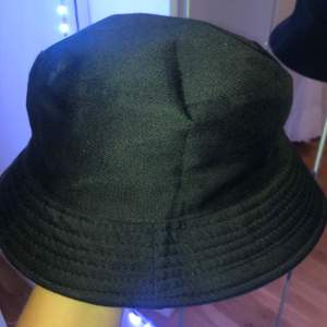 Svart bucket hat! Fint skick. Oklart var den kommer ifrån