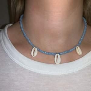 Blått pärlhalsband med snäckor💙🐚🦋🥺⭐️ halsbandet försluts med lås och tråden är elastisk