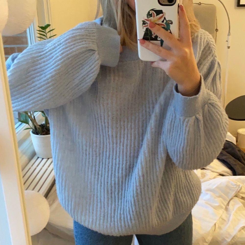 Säljer denna stickade tröjan i storlek L men jag har i vanliga fall s och den är oversized på mig💕. Stickat.