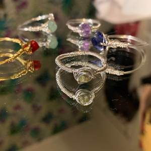 Custom kristallringar! Välj kristall samt tjocklek på tråd! +10kr för tjockare tråd (se bild 2 för skillnad) samt +10kr för att välja kristall. Köparen står för frakten! KÖP TRE FÅ EN GRATIS PÅ KÖPET!! 🥰