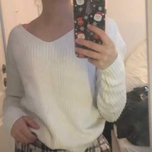 En vit stickad tröja från Nelly🌟 tröjan är i storlek XS och har snörning där bak😊 säljer den för 69, köparen står för frakten🧡🧡