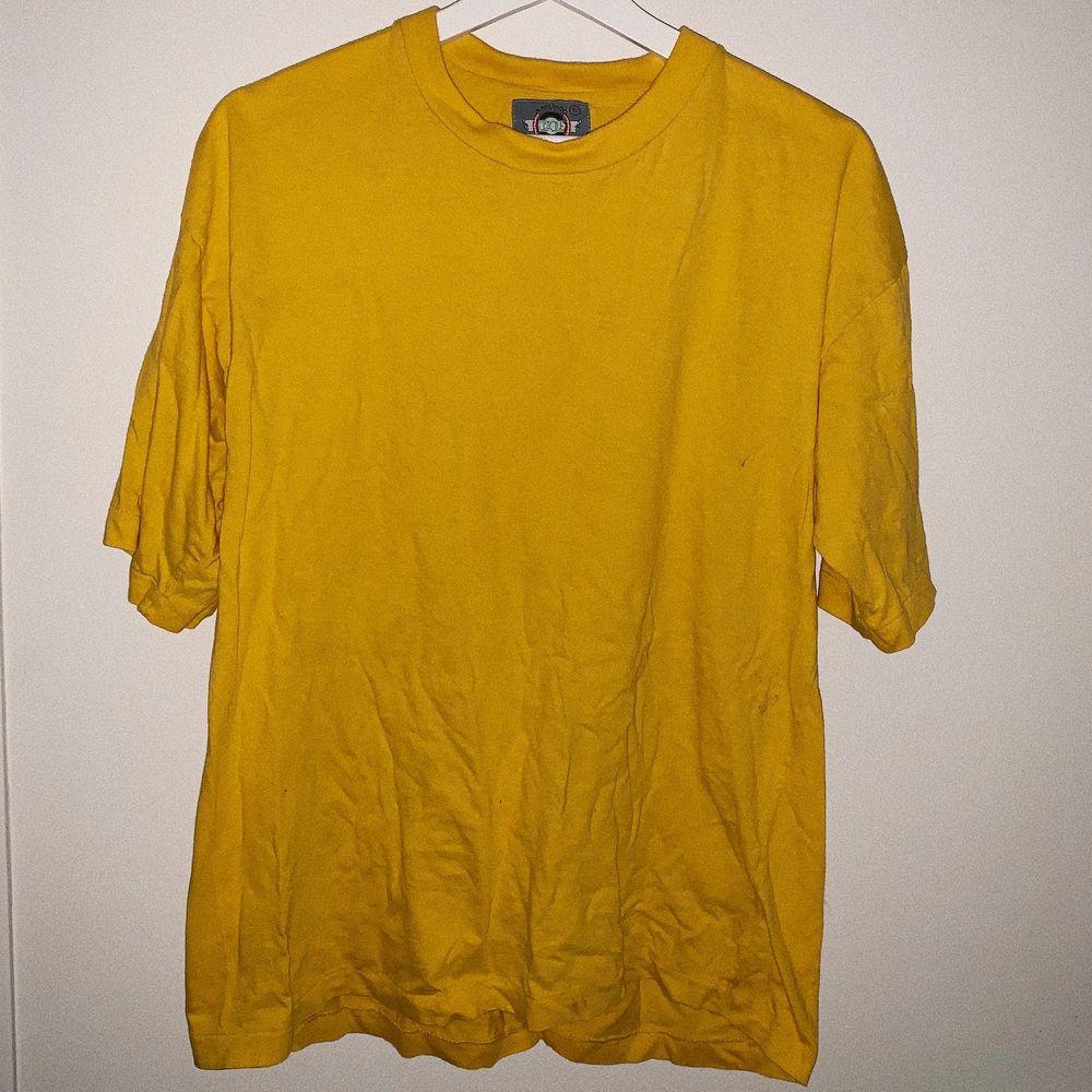 Vanlig gul t-shirt, skrynklig på bilden men det fixas ⚡️ har 2st en i size M och en i size L 💓. T-shirts.