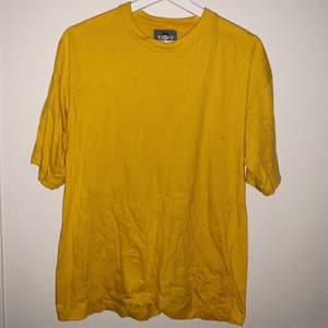 Vanlig gul t-shirt, skrynklig på bilden men det fixas ⚡️ har 2st en i size M och en i size L 💓