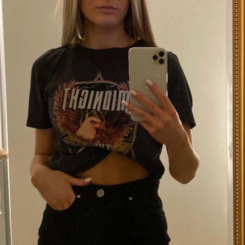Säljer denna asballa T-shirten med tryck från Gina Tricot! Supersnygg och cool att matcha till ett par snygga jeans⚡️ strl M men passar XS-M beroende på hur man vill att den ska sitta! säljer för 60kr + frakt🧡🧡. T-shirts.