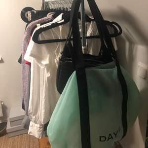 En turkos/blå/grön väska från DAYet, bara använd som skolväska en gång. Köptes på Åhléns.💙💚