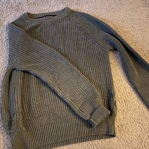 Grå/ grön stickad tröja från lager 157 som inte används längre, fint skick. Storlek XS (passar S me) Finns likadan i svart!