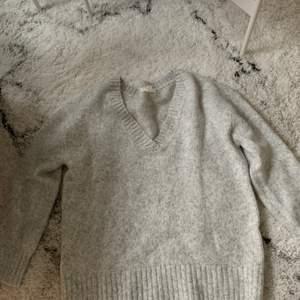 Väldigt mjuk och skön tjockare tröja från H&M. Storlek M💜 Tröja med V-ringning och är väldigt fin att styla tillsammans med vita sneakers och svarta jeans🖤