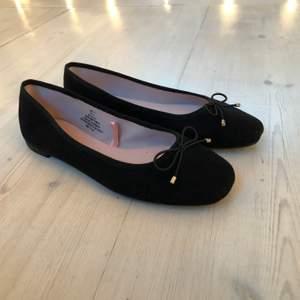 Ett par helt oanvända söta ballerina skor. Väldigt fina på sommaren. De kom aldrig till användning för mig satt säljer dem därför.