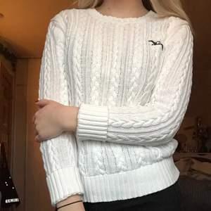 Kabelstickad tröja från märket Albatross. Använd, men är fortfarande i mycket bra skick och det är hög kvalité på tröjan. Frakt är inte inkluderat i priset.
