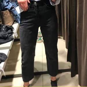 Straight jeans från zara som sitter croppat på mig som är 170.